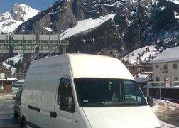 2. Transport wyposażenia łazienek do Szwajcarii - w oczekiwaniu na lawetę kolejową w szwajcarskich Alpach.
