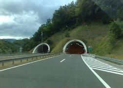 48. transport mebli z Warszawy do Zagrzebia - tereny górzyste więc trafiają się również tunele.